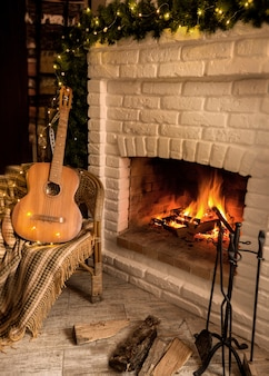 Płonący kominek ozdobiony świąteczną girlandą