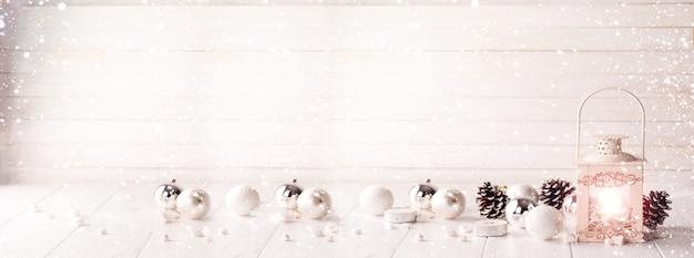 Płonący lampion w śniegu z boże narodzenie dekoracją