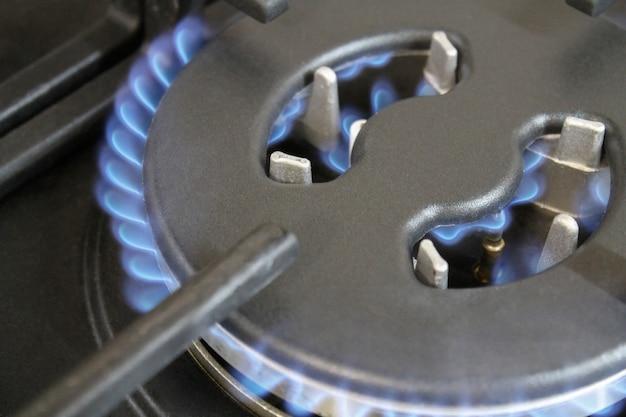 Płonący niebieski płomień palniki gazowe zbliżenie płyta