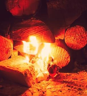 Płonący ogień w kominku.