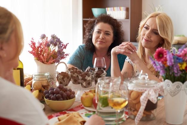 Plotki z przyjaciółmi przy kolacji