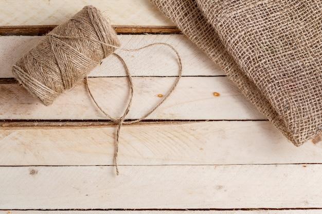 Płótno i plątanina nici na drewnianej powierzchni