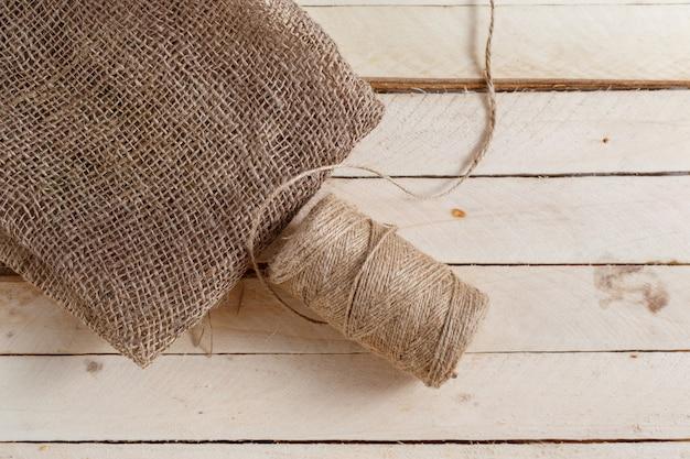 Płótno i plątanina nici na drewnianym stole
