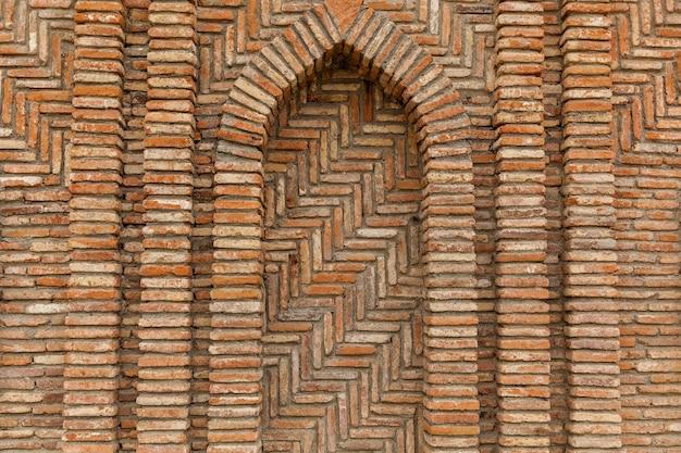 Płoty i ściany domów są w wioskach i miastach gruzji wykonane z innego kamienia