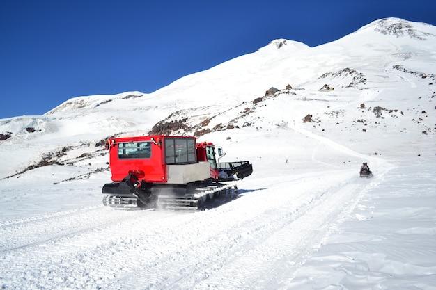 Pług śnieżny w górach oczyszcza drogę ze śniegu