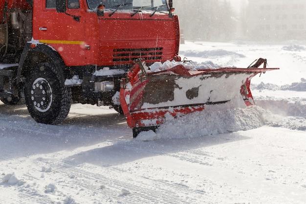 Pług śnieżny w pracy