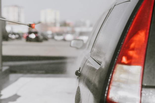 Płukanie i nakładanie wosku na nadwozie samochodu wodą uzdatnioną pod ciśnieniem na stacji samoobsługowej