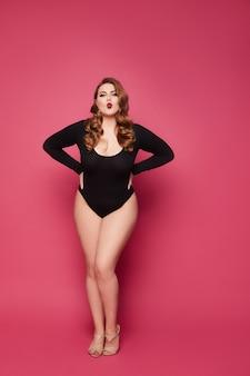 Plus rozmiar modelu kobieta w czarnych body pozowanie