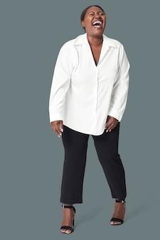 Plus size kobieta śmieje się, koncepcja pozytywności ciała