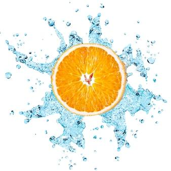 Plusk świeżej wody na pomarańczowo