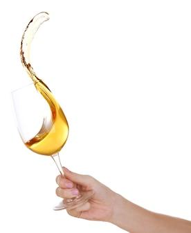 Plusk wina na białym tle na białej powierzchni