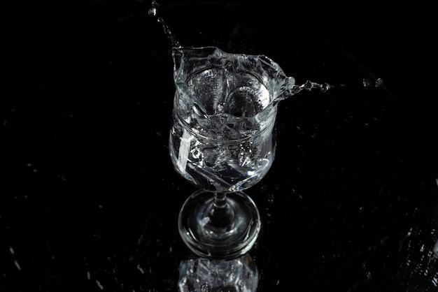 Plusk wody i lodu na czarnym tle !!!
