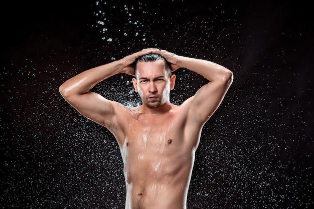 Plusk wody na męskiej twarzy