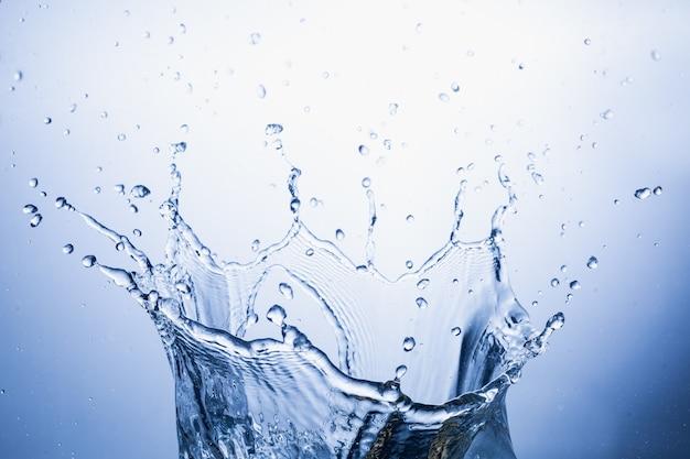 Plusk wody na niebieskim tle streszczenie
