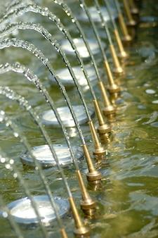 Plusk wody w fontannie, woda z dyszy.