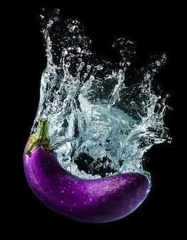 Plusk wody z fioletowym bakłażanem.