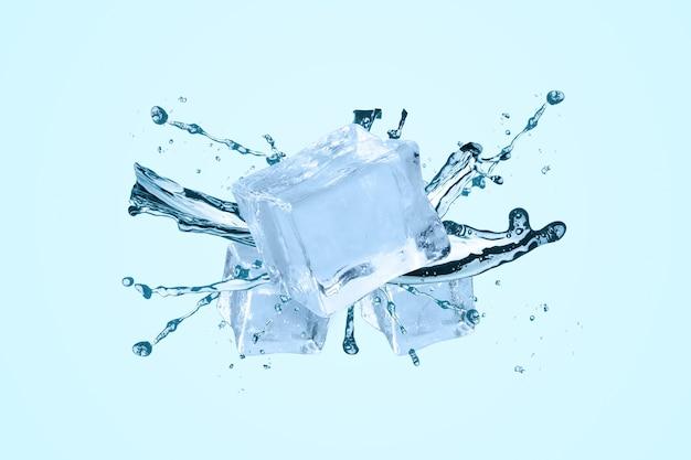 Plusk wody z kostkami lodu na niebieskim tle