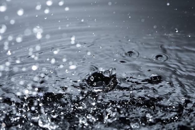 Plusk wody z kropli deszczu