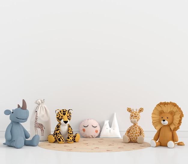 Pluszaki dla zwierząt w białym pokoju dziecięcym