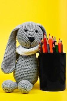 Pluszowa zabawka z ołówkami zbliżenie