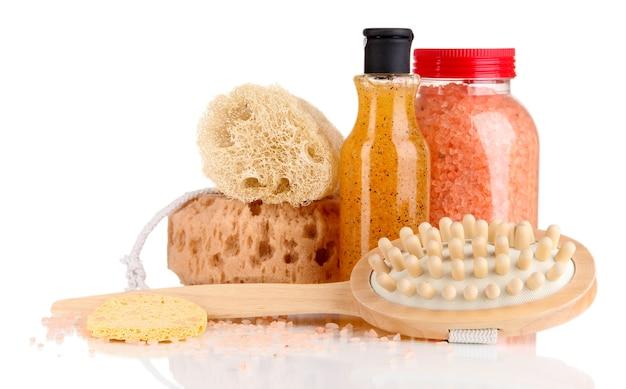 Płyn do mycia, szczoteczka i kosmetyki pod prysznic na białym tle