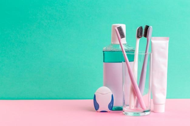 Płyn do płukania jamy ustnej i szczoteczka do zębów dla zdrowej pielęgnacji jamy ustnej
