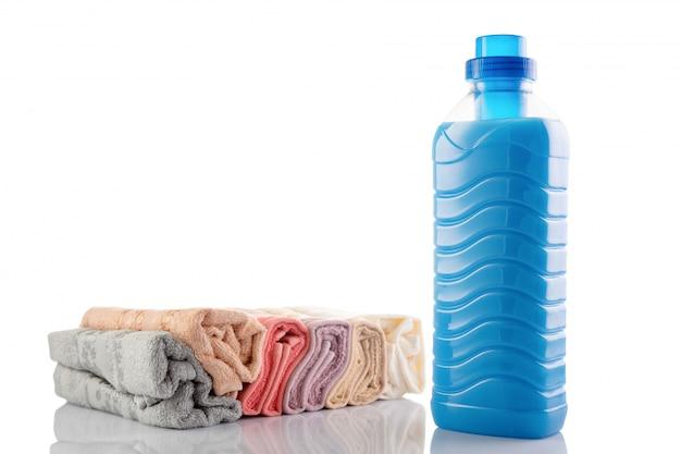 Płyn do płukania ze świeżymi ręcznikami na białym tle
