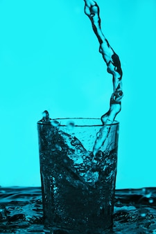 Płyn wlewa się do szklanki