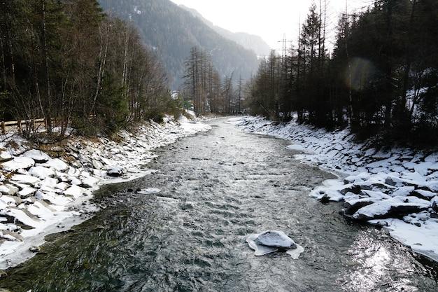 Płynąca rzeka w alpach