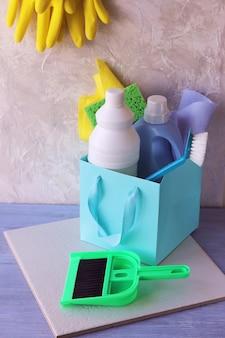 Płynne detergenty w plastikowych butelkach, na stole pakowanie domowych środków czystości