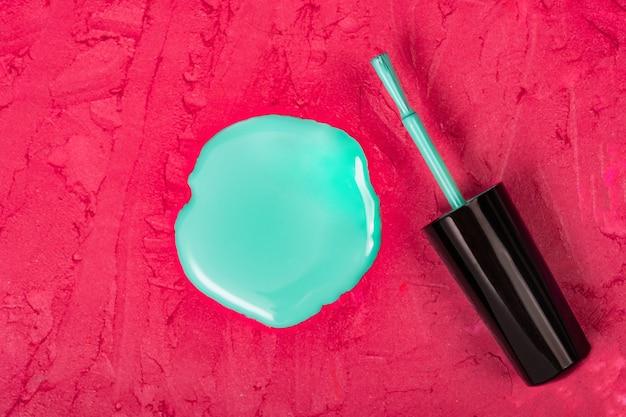 Płynny lakier do paznokci w kształcie koła na rozmazanej przestrzeni do makijażu