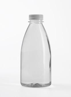 Płynny produkt na pustej plastikowej butelce
