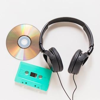 Płyta cd; kaseta i słuchawki na białym tle