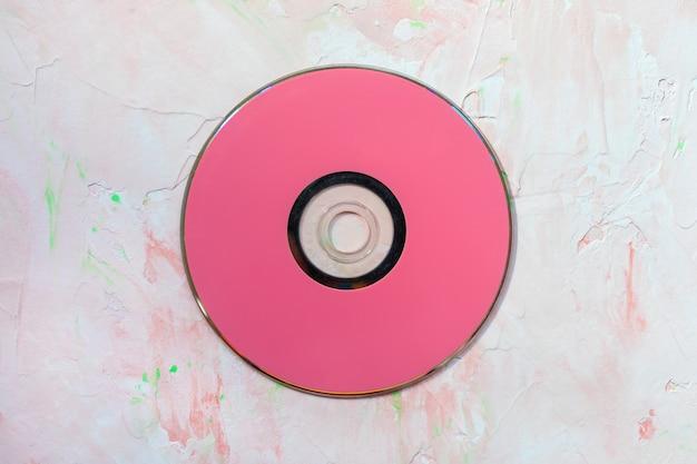 Płyta cd na różowej powierzchni