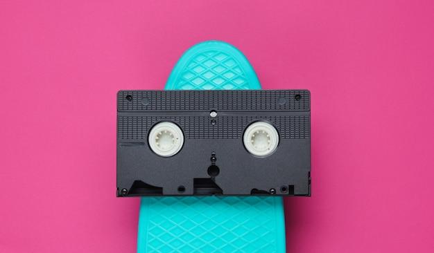 Płyta cruiser i kaseta wideo na różowym papierze