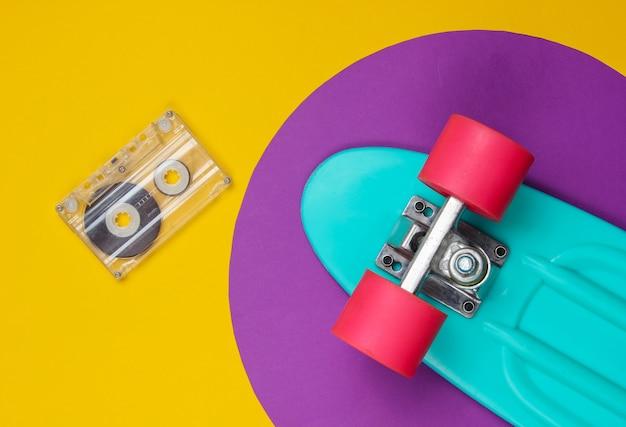 Płyta cruiser i retro kaseta audio na żółto z fioletowym kółkiem