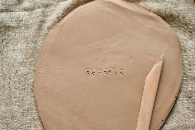 Płyta gliniana z drewnianymi narzędziami do rękodzieła z ceramiką odciskową