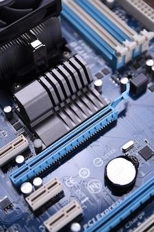 Płyta główna komputera i komponenty elektroniczne cpu pamięć gpu i różne gniazda karty graficznej z bliska