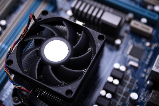 Płyta główna komputera i komponenty elektroniczne pamięć procesora cpu i różne gniazda karty graficznej pamięć procesora cpu i różne gniazda karty graficznej