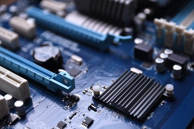 Płyta główna komputera i komponenty elektroniczne pamięć procesora gpu i różne gniazda karty graficznej