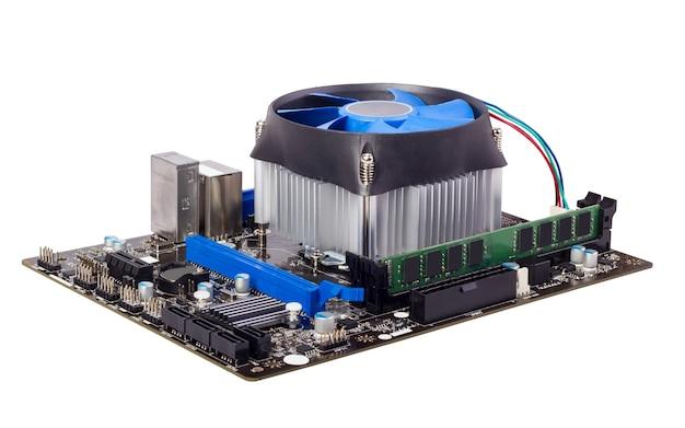 Płyta główna komputera na białym tle z chłodnicą procesora