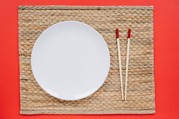 Płyta i pałeczki na serwetce