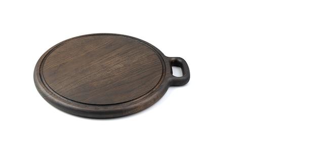 Płyta kuchenna do gotowania wykonana z naturalnego dębu na białym tle. widok z boku, panorama. urządzenia kuchenne.
