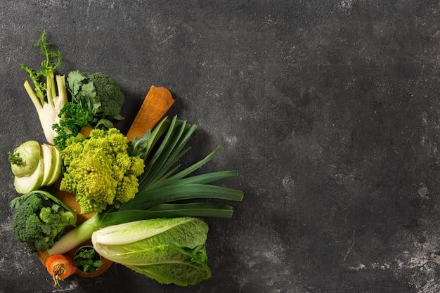Płyta kuchenna ze świeżymi warzywami. widok z góry zdrowej żywności