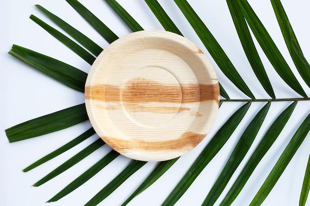 Płyta liść palmy betel na białym tle.