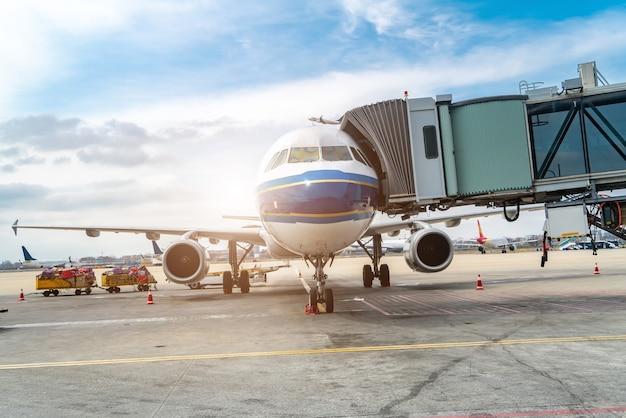 Płyta lotniska i samoloty pasażerskie