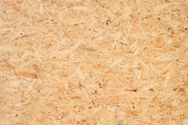 Płyta osb wykonana jest z brązowych zrębków sprasowanych w drewnianą podłogę.