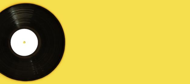Płyta winylowa lp rekord z miejsca na kopię na żółtym tle. koncepcja vintage piosenki miłosne.
