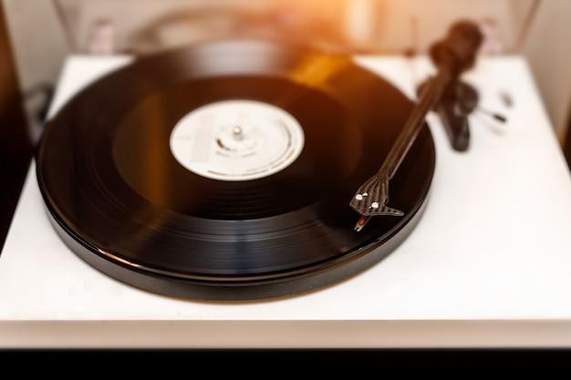 Płyta winylowa na białym gramofonie.