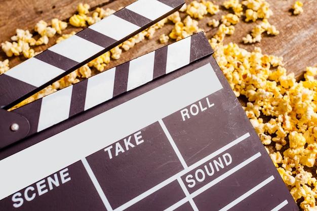 Płyta z klapami filmowymi i kukurydza pop